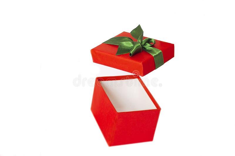 Contenitore di regalo rosso con il nastro verde del raso e volo aperto della copertura sull'aria fotografia stock libera da diritti