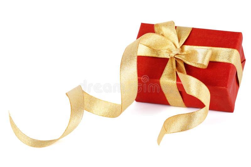 Contenitore di regalo rosso con un arco dell'oro fotografia stock
