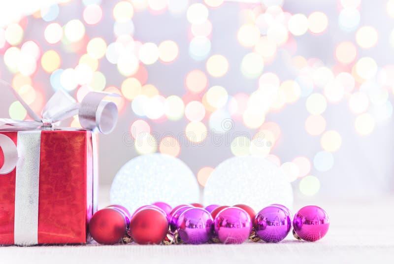 Contenitore di regalo rosso decorativo con un grandi arco e fondo d'argento b immagine stock libera da diritti
