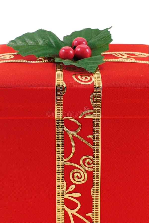 Contenitore di regalo rosso di natale con il nastro dell'oro fotografia stock