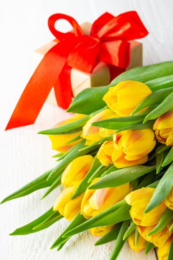Contenitore di regalo rosso giallo del ANG del mazzo dei tulipani del fiore della primavera fotografia stock