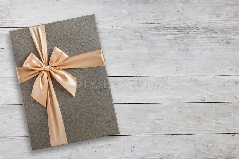 Contenitore di regalo sopra la vista superiore di legno bianca fotografia stock