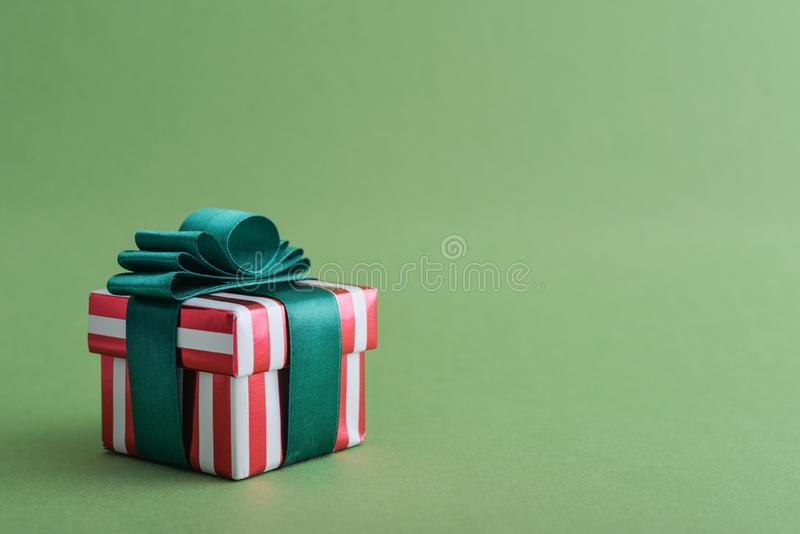 Contenitore di regalo a strisce rosso con il nastro verde immagine stock libera da diritti