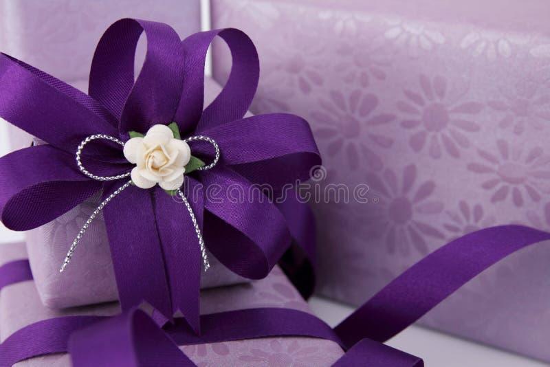 Contenitore di regalo viola. fotografia stock