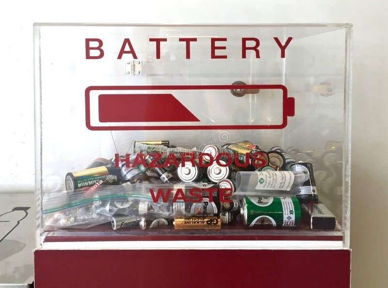 Contenitore di rifiuti pericolosi per le batterie utilizzate immagine stock