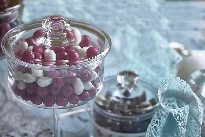 Contenitore di vetro per le caramelle colorate fotografia stock libera da diritti