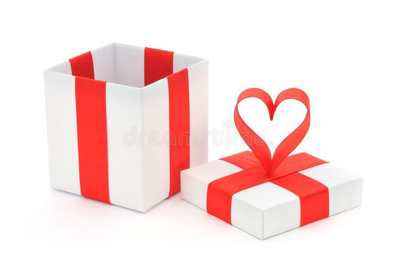 Contenitore e cuore di regalo fotografie stock libere da diritti