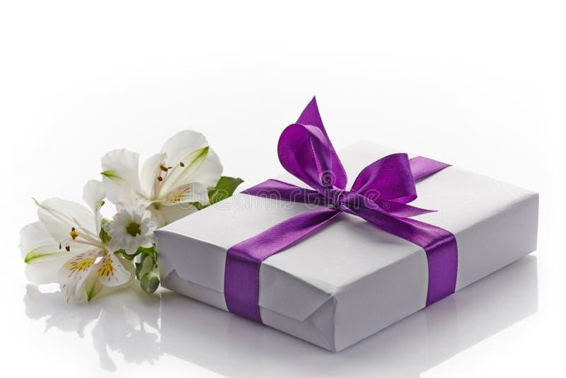 Contenitore e fiori di regalo immagine stock