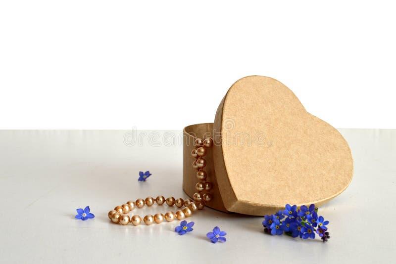 Contenitore e perle di regalo a forma di del cuore immagine stock libera da diritti