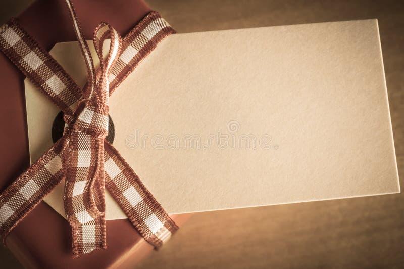 Contenitore ed etichetta di regalo sopraelevati fotografia stock libera da diritti