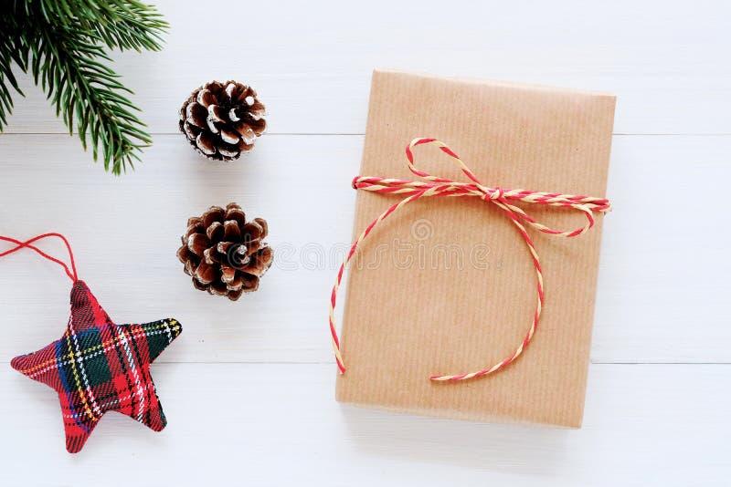 Contenitore ed ornamento di regalo d'annata di Brown su fondo, sulla cartolina d'auguri di legno bianchi di Natale, del nuovo ann fotografie stock libere da diritti