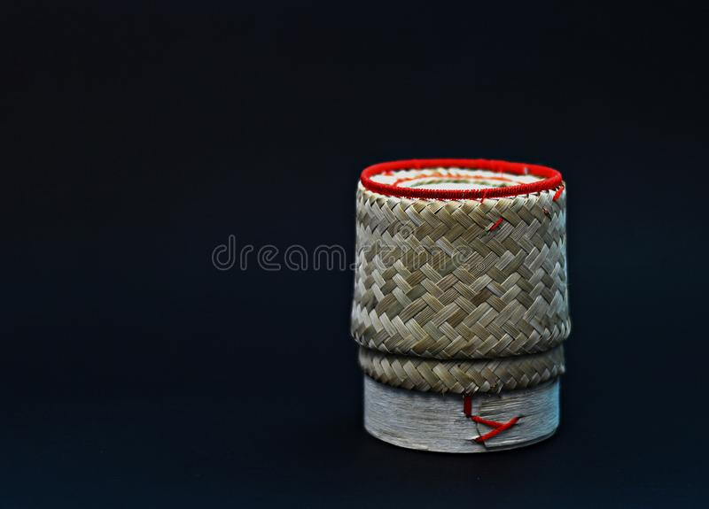 Contenitore glutinoso di riso su fondo nero fotografia stock libera da diritti