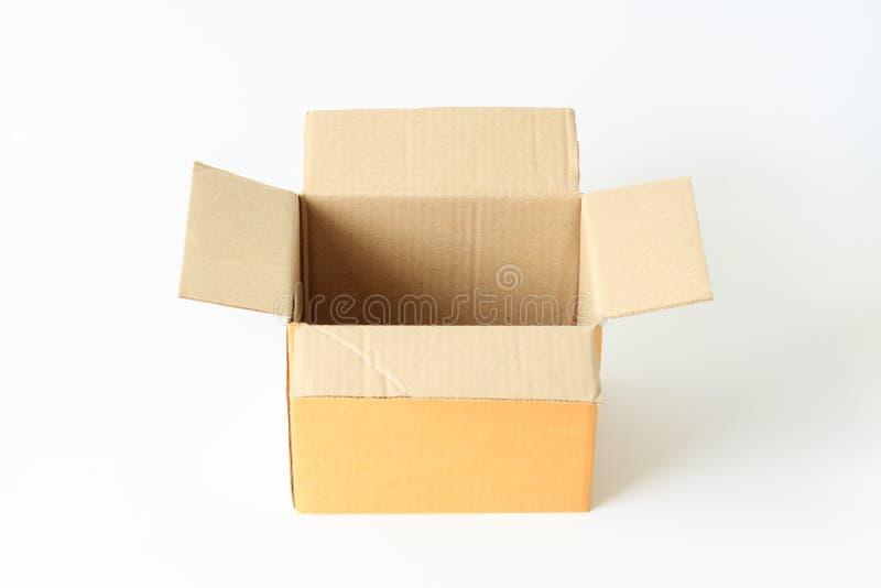 Contenitore marrone aperto di cartone di carta isolato su fondo bianco immagine stock
