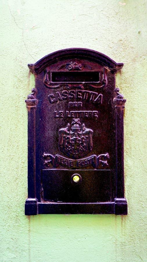 Download Contenitore Nero Postale Antico Di Metallo Fotografia Stock - Immagine di storico, antique: 56889122