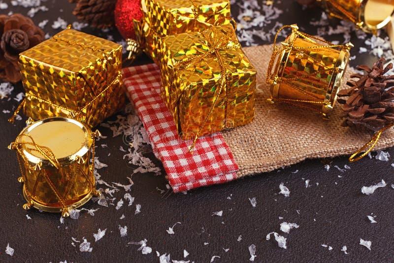 Contenitore, palla e tamburo decorativi di regalo di Natale immagine stock