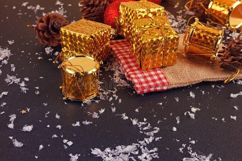 Contenitore, palla e tamburo decorativi di regalo di Natale immagine stock libera da diritti