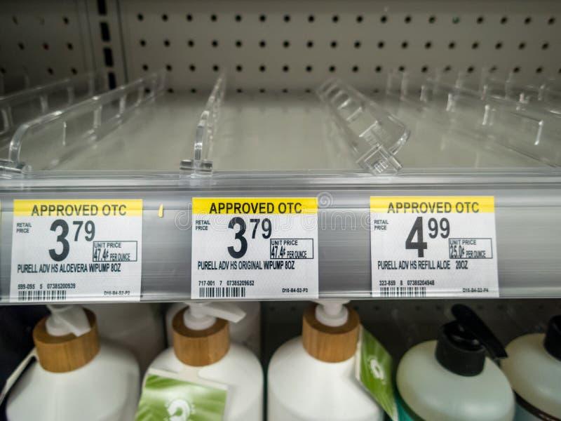 Contenitore per il trattamento delle mani venduto completamente in magazzino a causa della pandemia di Coronavirus covid-19 fotografie stock libere da diritti