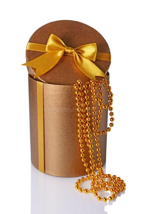 Contenitore rotondo brillante classico bronzeo di cappello del regalo con l'arco e le perle dorati del raso immagine stock libera da diritti