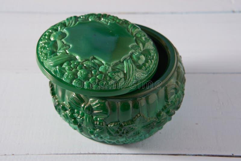 Contenitore rotondo di piccola malachite verde decorativa fotografie stock libere da diritti