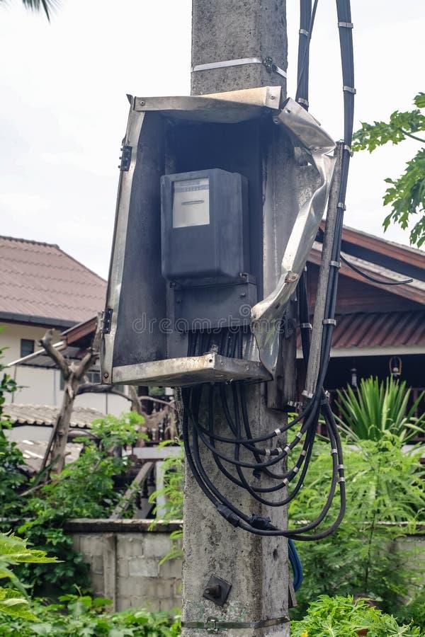 Contenitore rotto di contatore elettrico sul palo denger fotografie stock libere da diritti