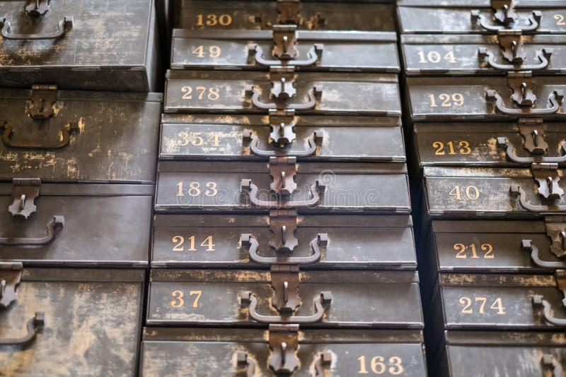 Contenitore sicuro impilato di metallo/lockbox d'annata immagini stock