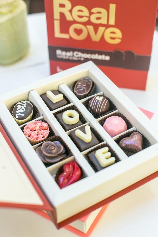 Contenitore stabilito di cioccolato con amore di espressione fotografie stock libere da diritti