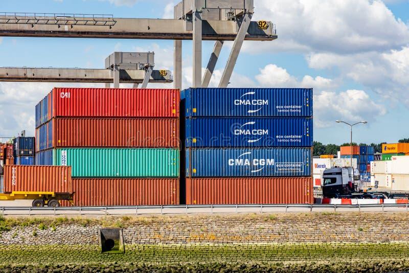 Contenitori al porto di Rotterdam, Paesi Bassi Affare di logistica, scarico di caricamento del carico fotografie stock libere da diritti