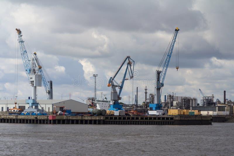 Contenitori, bacini e gru nel porto di Amburgo fotografie stock