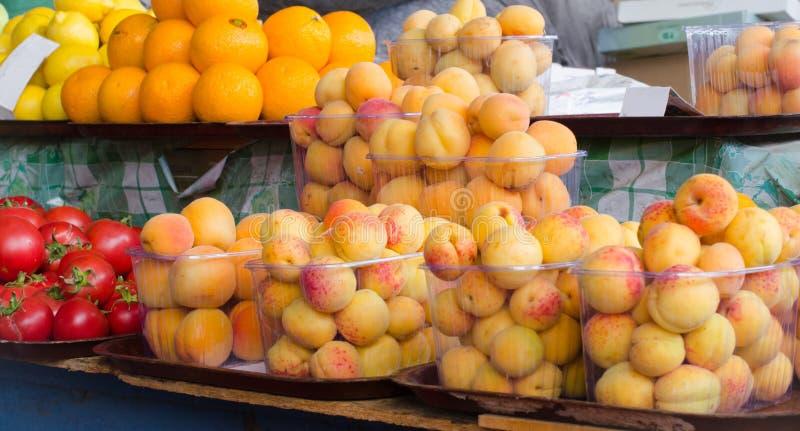 Contenitori con le bacche e la frutta mature differenti al mercato immagine stock