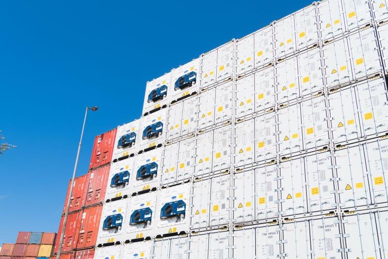 Contenitori di carico su accatastati immagine stock