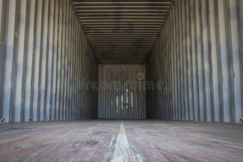 Contenitori di carico vuoti per i prodotti o il trasporto dell'esportazione immagini stock libere da diritti