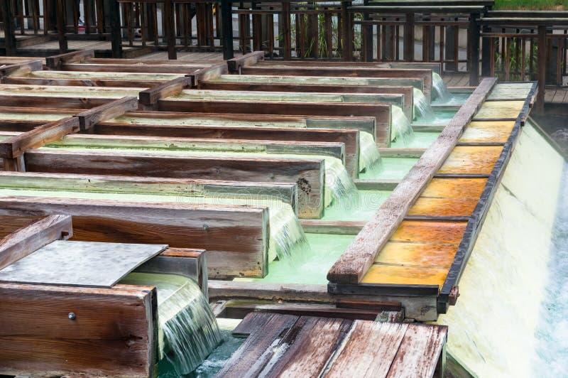 Contenitori di legno di sorgente di acqua calda di Yubatake con acqua minerale fotografia stock