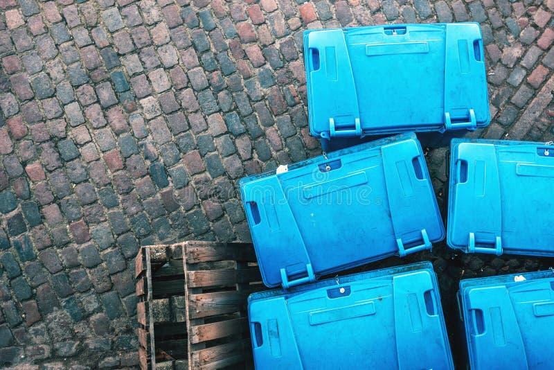 Contenitori di plastica del dumspter dell'immondizia da sopra fotografia stock