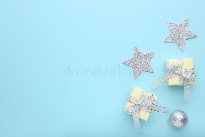 Contenitori di regalo con il nastro e le stelle immagini stock