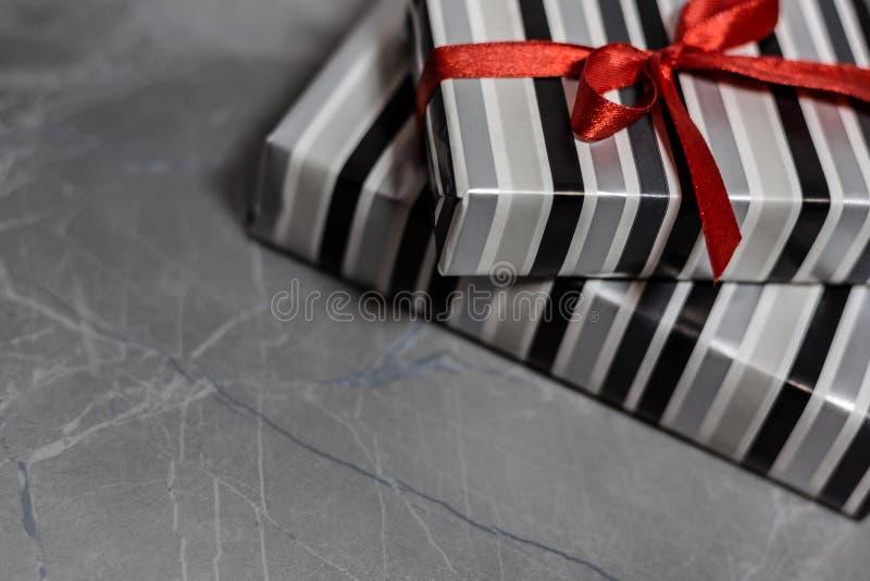 Contenitori di regalo con un nastro rosso fotografia stock libera da diritti