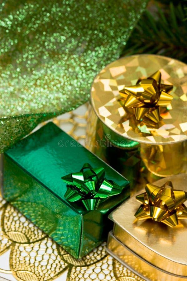 Download Contenitori Di Regalo Dell'oro Fotografia Stock - Immagine di conifera, verde: 7317038
