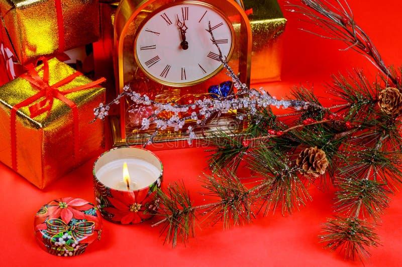 Contenitori di regalo della composizione in Natale e luce della candela Fondo rosso di feste del nuovo anno e di Natale immagini stock libere da diritti