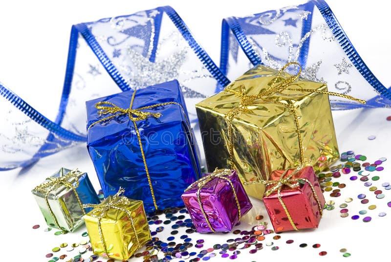 Download Contenitori Di Regalo E Nastro Decorativo Su Un Fondo Dei Coriandoli Immagine Stock - Immagine di eventi, celebrazione: 30831095