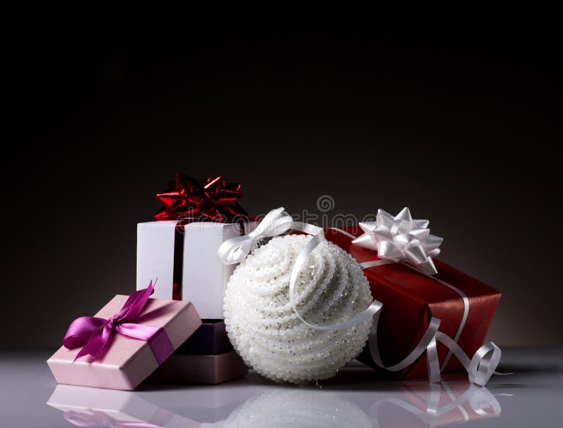 Contenitori di regalo e palla di natale immagini stock