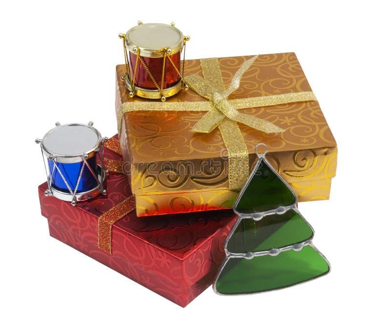 Contenitori di regalo ed ornamenti di natale, isolati fotografie stock