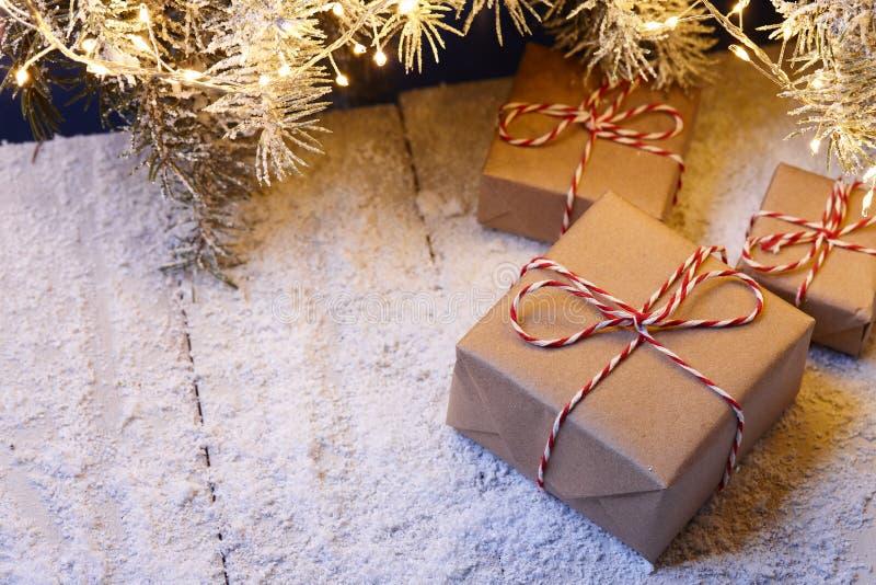 Contenitori di regalo di Natale avvolti in carta kraft sotto l'albero di abete immagine stock