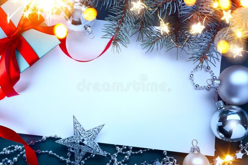 Contenitori di regalo di Natale con la decorazione rossa dell'albero di Natale e dei nastri immagini stock libere da diritti