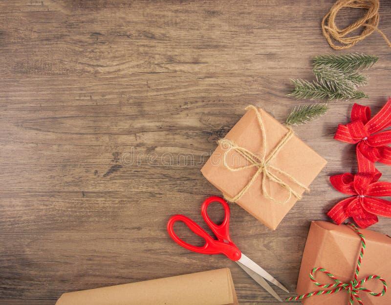 Contenitori di regalo di Natale con lo spostamento degli strumenti immagini stock libere da diritti