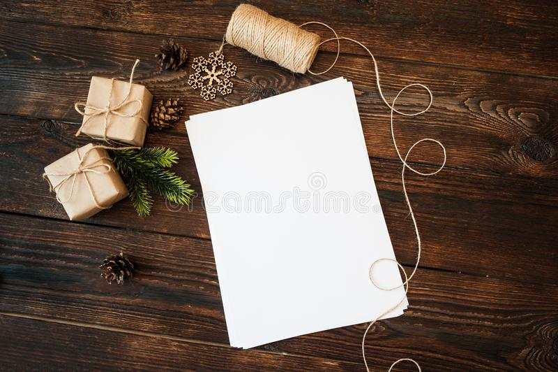 Contenitori di regalo di Natale del modello e carta in bianco su un fondo e posto per testo fotografia stock