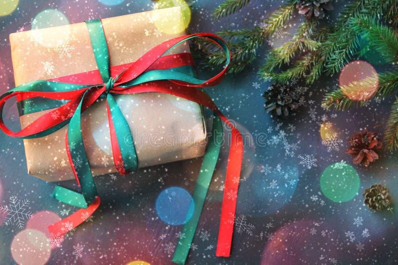 Contenitori di regalo di Natale e fondo bianco come la neve con lo spazio della copia illustrazione vettoriale