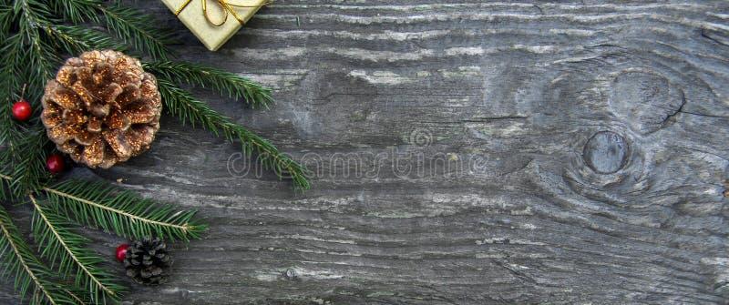 Contenitori di regalo di Natale su un fondo di legno rustico fotografia stock
