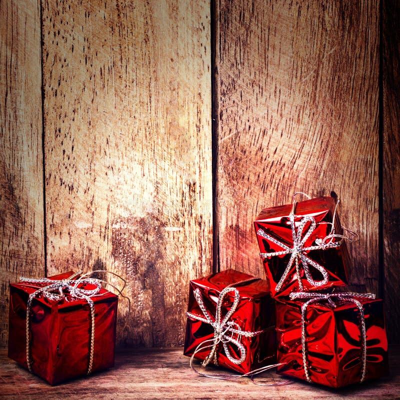 Contenitori di regalo rossi di Natale con il nastro sul bordo di legno rustico con la c immagine stock libera da diritti