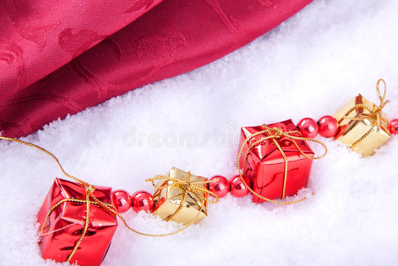 Contenitori di regalo rossi e dorati con la palla di natale fotografie stock libere da diritti