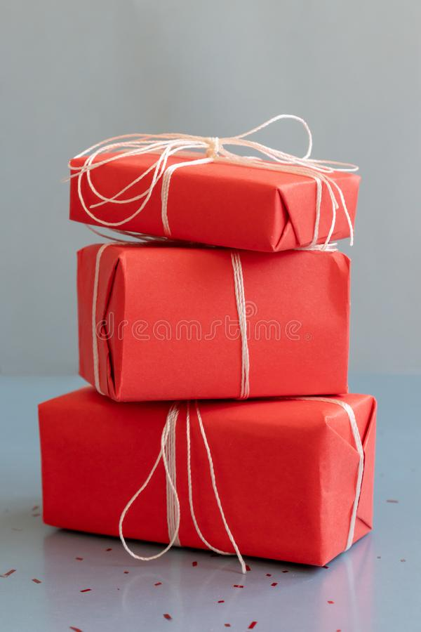 Contenitori di regalo rossi di natale su fondo blu, orientamento verticale immagine stock