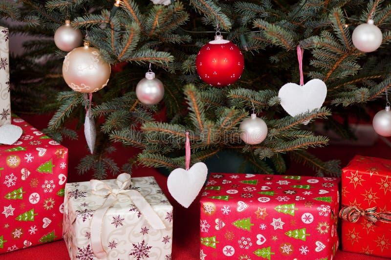 Contenitori di regalo sotto l'albero di Natale immagine stock libera da diritti